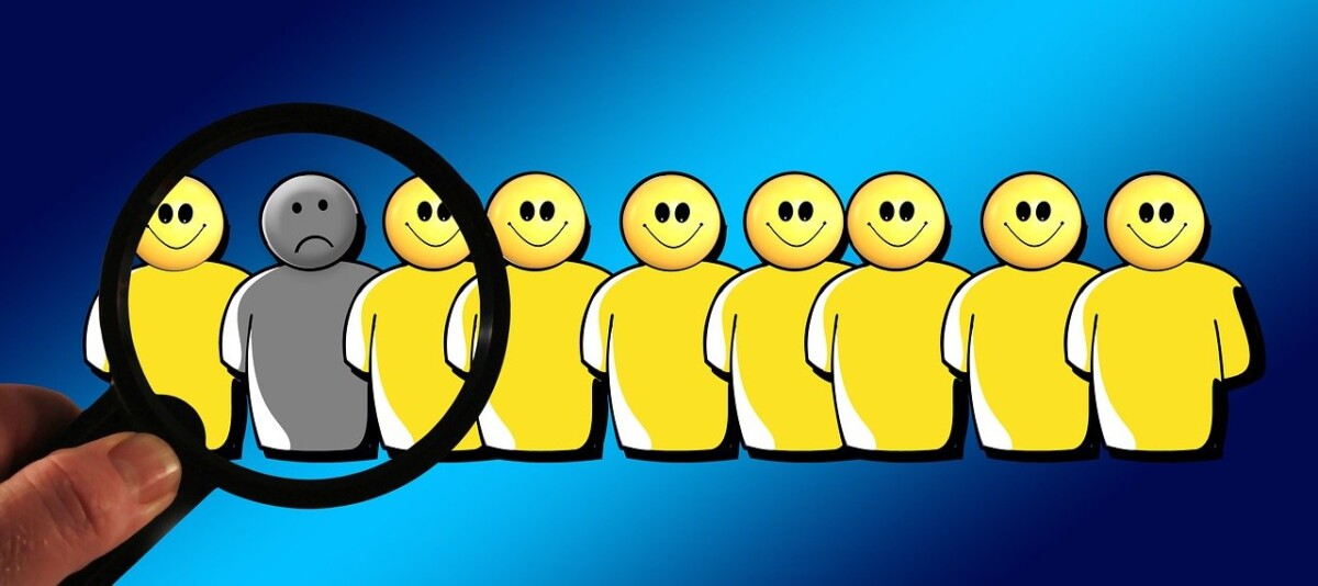 a row of 9 cartoon shape people all yellow except one of them that stands out of the crowd
